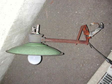 古い白熱電球の防犯灯です