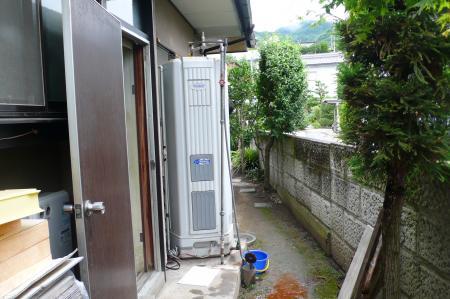 既設の電気温水器です