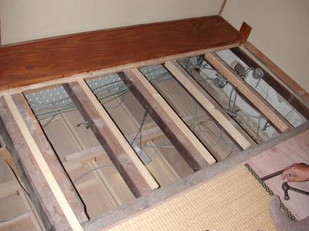 2階の床板をはがします