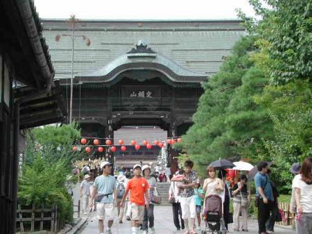 お盆の善光寺の仁王門前の風景です