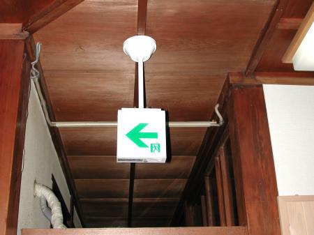 天吊型のLED誘導灯です