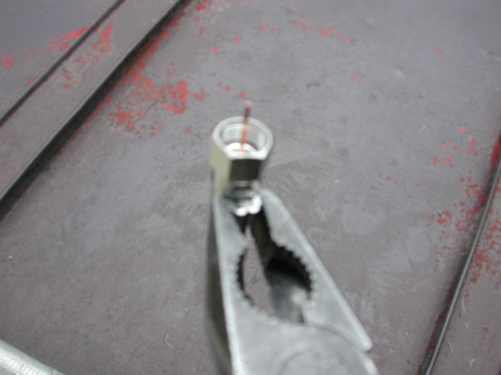 リングをペンチを挟んでつぶします。