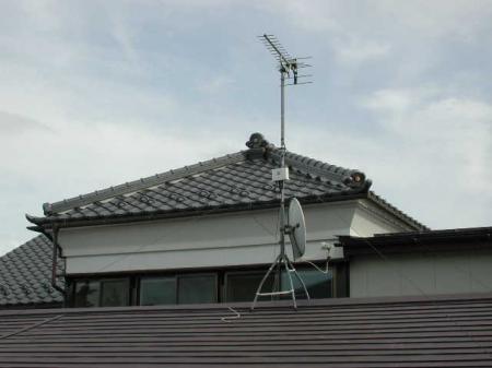 屋根馬を利用して屋根上に取付けます。