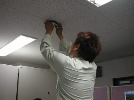 非常照明を天井からはずします