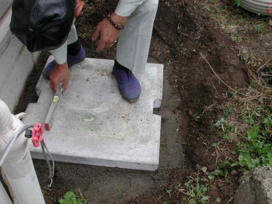 弊社専用のエコキュートのコンクリート台を据付ます。