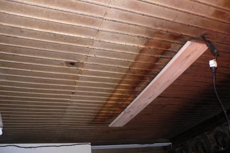 天井に絶縁用の木板を取付けます。