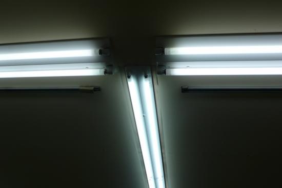 古い照明はまだ沢山残っていますが  計画を立てて事故が起きないうちに交換します。