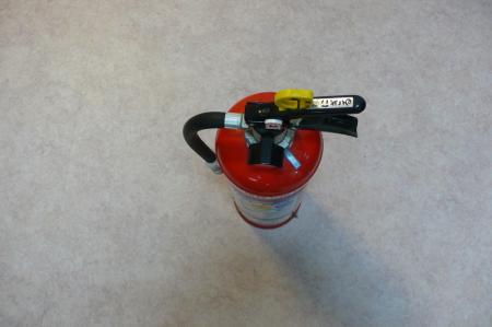 現在はすべての消火器は安全ピンは上へ引くタイプです