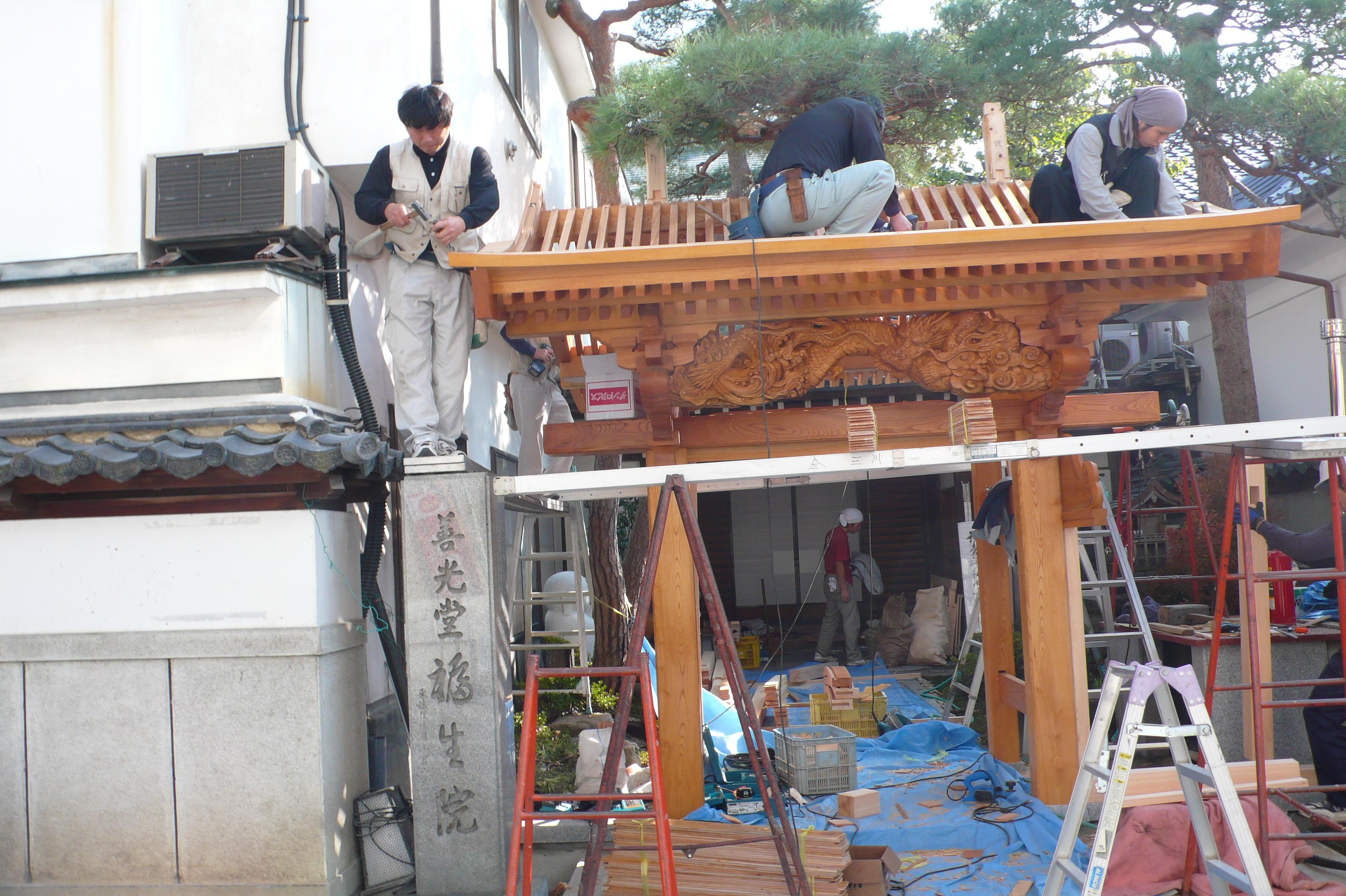 昨日は龍の彫り物を門に取付けていましたが  今朝,様子を見に伺いましたら、もう屋根が出来ていました。