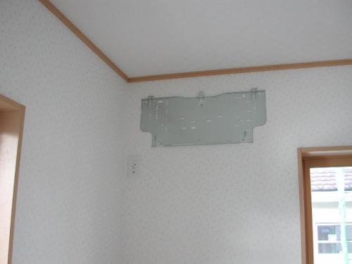 エアコンの取付け板を固定します。