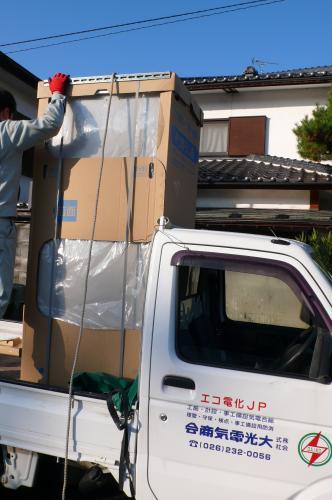 電気温水器のご注文です  トラックの荷台にシッカリと固定して出発です 。