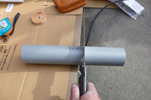 換気用のパイプを壁の厚さに切ります。