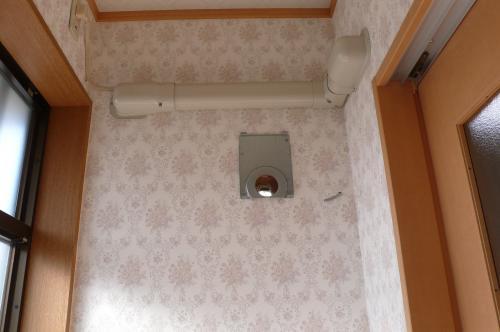 換気扇の取付け部品を固定します。