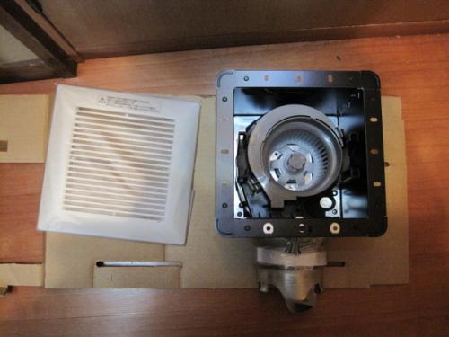 ダクトの中をきれいに掃除をして換気扇の交換です