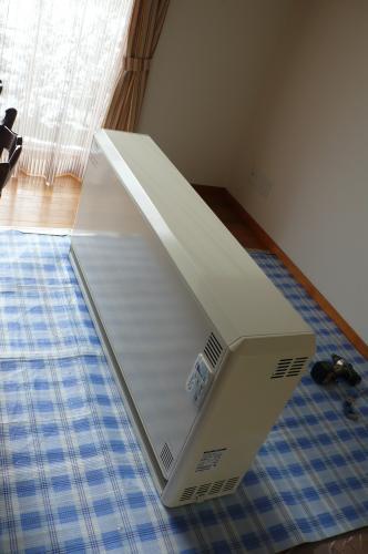 床板の表面を傷つけない用に厚手のシートを敷きます
