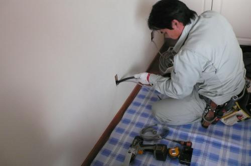 電源配線用の穴を開口して配線します