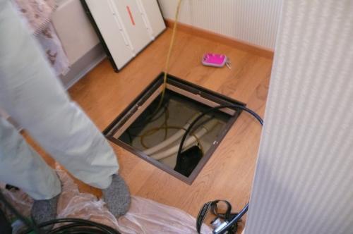床下点検口から入って床下補強と配線」をします