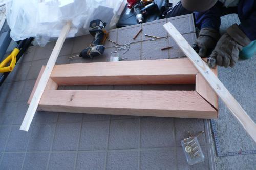 玄関は床がタイル張りですから  木製の木枠で台を作ります