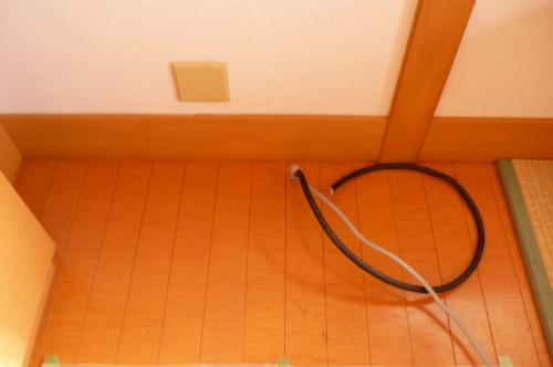 リビングへ蓄熱暖房器を設置前に  床下から配線を出します