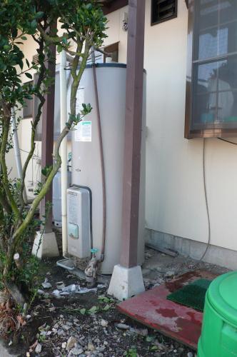 電気温水器が水漏れで倒れそうに傾いています  水漏れで地盤が軟弱になったのかも知れません