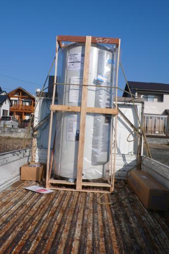 新しい電気温水器を運びます