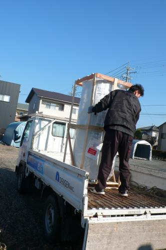 電気温水器をトラックから降ろします