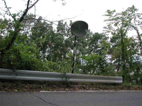 道路の斜面に防犯灯を新設します