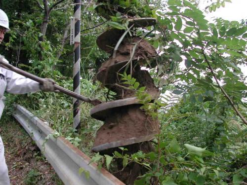 建柱機のドリルを持ち上げると  土があがってきます