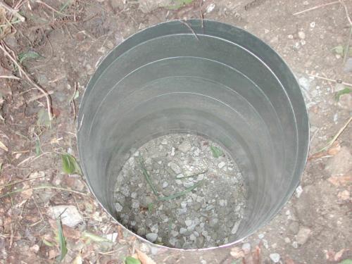 砕石を入れて充分に転圧してダクトを埋設します