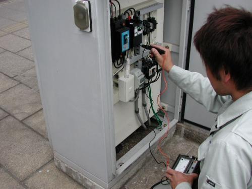 定期的に漏電検査をしながら  壊れた照明を交換します