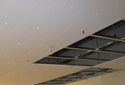 天井から吊りボルトを出します