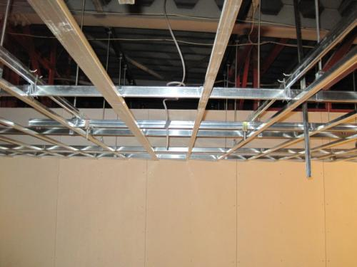 天井を張る場合は、  天井下地から吊りボルトを下げておきます