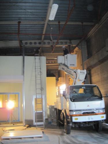 高天井ですから高所作業車を使用します