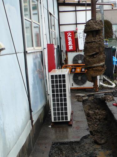建柱機で電柱の穴を掘ります