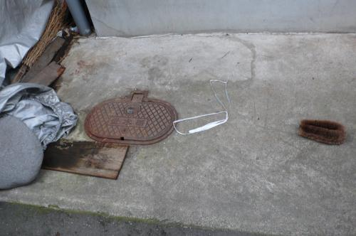 コンクリートを壊して取付けます