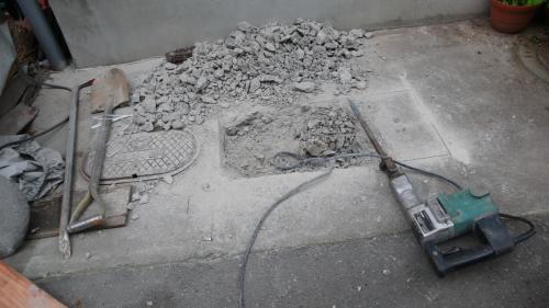 コンクリートを壊して穴を開けます