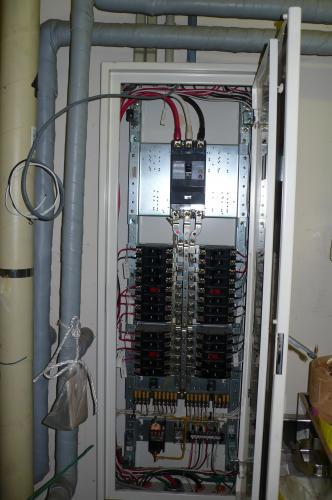 電灯盤から専用の100V 回線を配線します