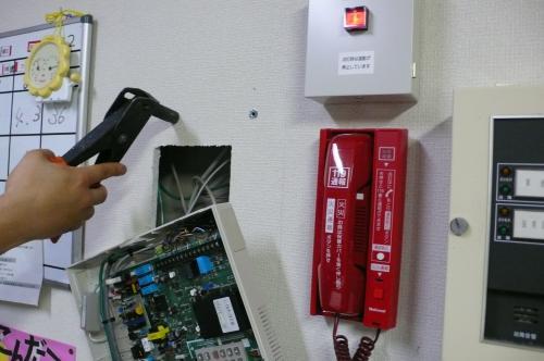 火災報知機の受信機の横に設置します