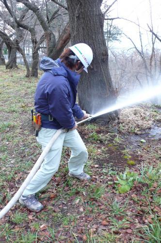 屋内消火栓の放水試験をします