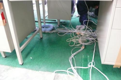 配線工事前です   机の下がLAN配線等で散乱しています