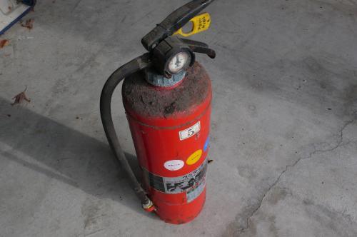 この様な消火器は危険です