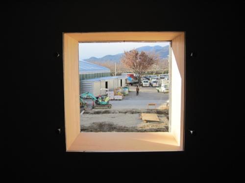 換気扇の木枠を取付けました  一休みして遠くに山の景色を望みます