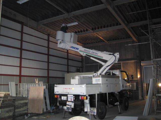 天井の高さは7m位ありますから  高所作業車を使用して取付けます
