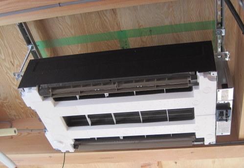 天井へエアコンを吊ります