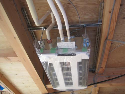 エアコンに配管を接続します