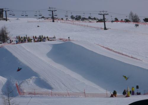 スキー場のゲレンデではスノーボードの  大会をしていました