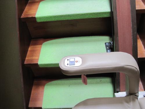 腰掛に操作スイッチがありますから  一人でも昇降できます