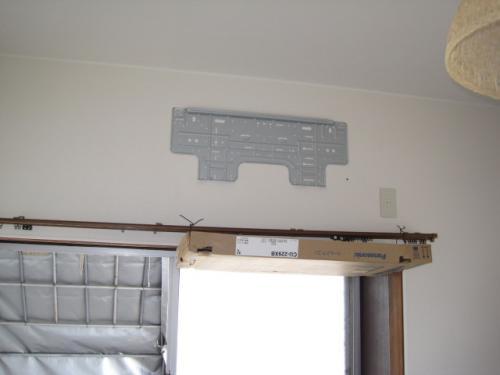 壁にエアコンの取付け板を固定します