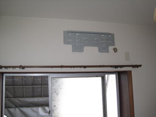壁に配管用の穴を開けました