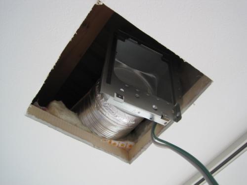 換気扇の固定アダプターをダクトに取付けます